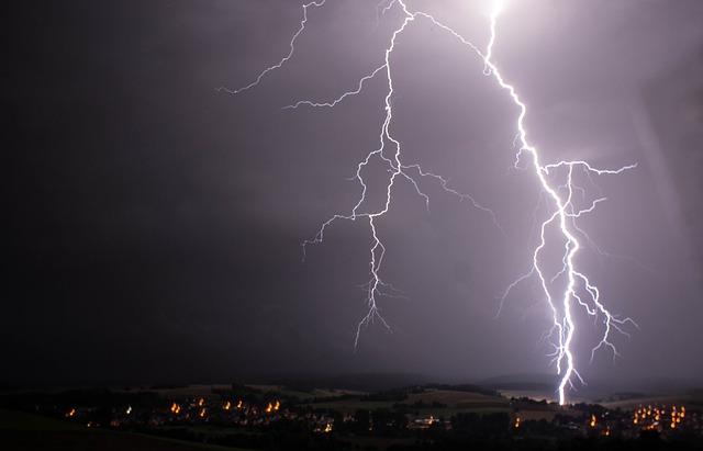 カミナリが鳴ったらサッカーの試合を中止せよ!落雷事故が危険すぎる